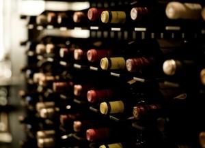 Rek met wijnflessen